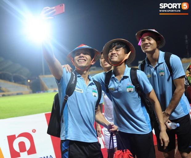 Cựu cầu thủ U23 tự trách vì bàn thua khiến HAGL đánh rơi chiến thắng ở Nam Định - Ảnh 11.