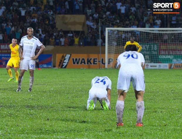 Cựu cầu thủ U23 tự trách vì bàn thua khiến HAGL đánh rơi chiến thắng ở Nam Định - Ảnh 3.