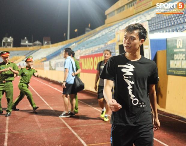 Cựu cầu thủ U23 tự trách vì bàn thua khiến HAGL đánh rơi chiến thắng ở Nam Định - Ảnh 9.