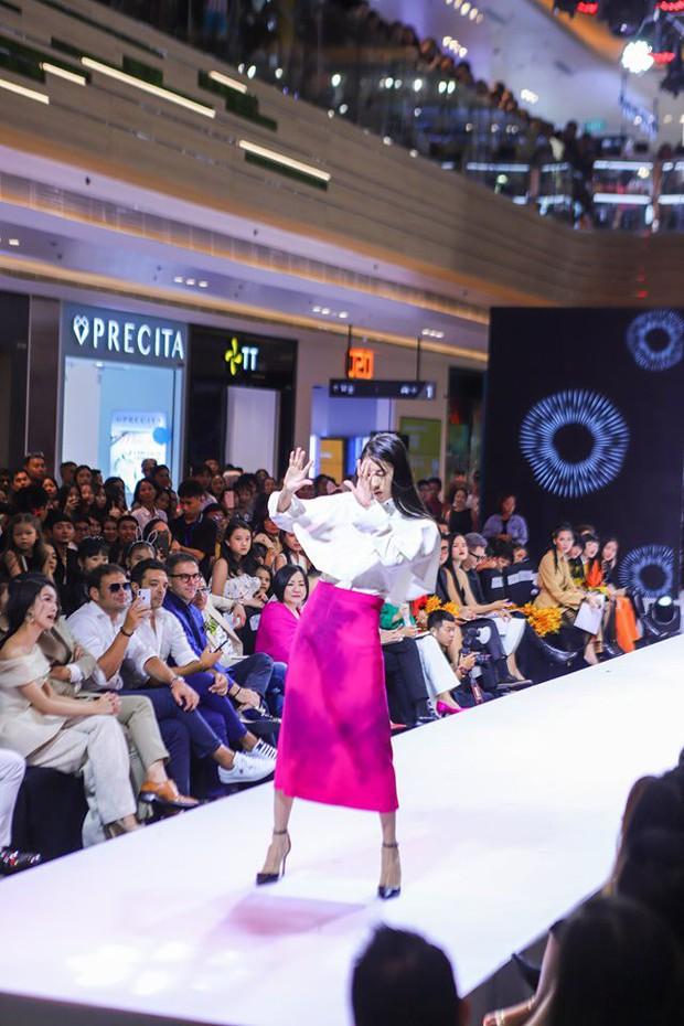 VNTM: Mặc trang phục lão hóa nên thí sinh Top Model Online thi nhau catwalk uể oải, co giật? - Ảnh 6.