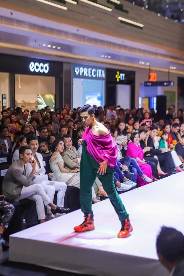 VNTM: Mặc trang phục lão hóa nên thí sinh Top Model Online thi nhau catwalk uể oải, co giật? - Ảnh 5.