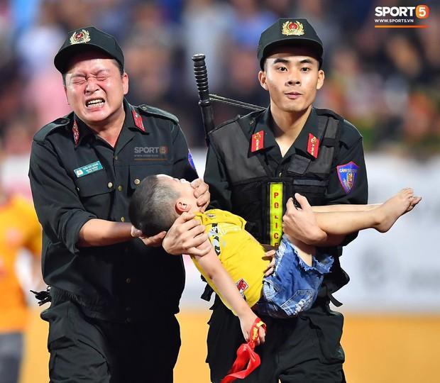 Khoảnh khắc xúc động mạnh: Fan nhí co giật ở trận Nam Định - HAGL, chiến sĩ cảnh sát nén đau để em bé cắn vào tay giữ tính mạng - Ảnh 2.