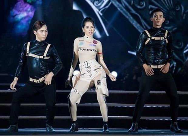 Chi Pu vấp té sau phần biểu diễn cực sung tại chung kết Miss World Việt Nam 2019 - Ảnh 4.