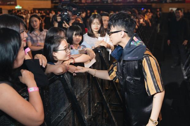 Được tỏ tình tại Meet&Greet trong Sky Tour Đà Nẵng, Sơn Tùng M-TP hài hước đồng ý kí giấy đăng kí kết hôn cùng fan nữ - Ảnh 10.