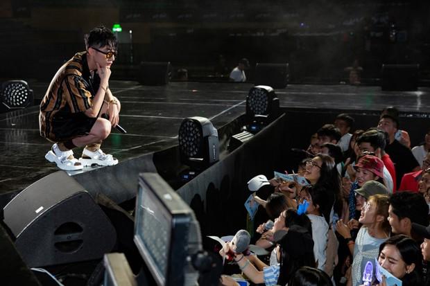 Được tỏ tình tại Meet&Greet trong Sky Tour Đà Nẵng, Sơn Tùng M-TP hài hước đồng ý kí giấy đăng kí kết hôn cùng fan nữ - Ảnh 7.