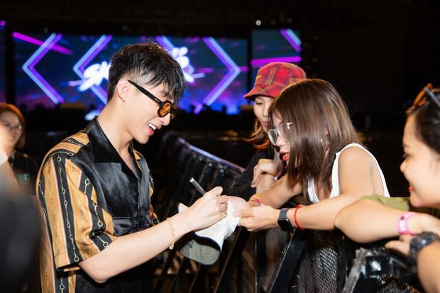 Được tỏ tình tại Meet&Greet trong Sky Tour Đà Nẵng, Sơn Tùng M-TP hài hước đồng ý kí giấy đăng kí kết hôn cùng fan nữ - Ảnh 9.