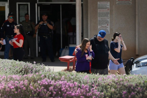 Loạt ảnh đầy xót xa trong tuần lễ đẫm máu của nước Mỹ: Liên tiếp 3 vụ xả súng khiến gần 100 người thương vong - Ảnh 8.
