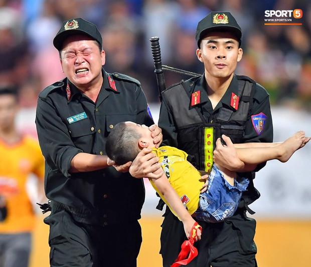 Khen thưởng các chiến sĩ cảnh sát sơ cứu fan nhí bị co giật ở Nam Định - Ảnh 8.