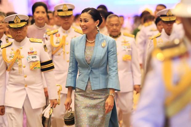 Sau khi chồng có thêm Thứ phi, Hoàng hậu Thái Lan tái xuất với thần thái xuất chúng, chứng minh đẳng cấp khó ai bì kịp - Ảnh 1.