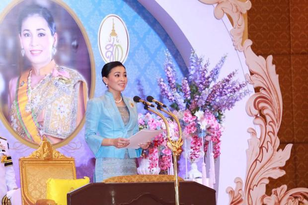 Sau khi chồng có thêm Thứ phi, Hoàng hậu Thái Lan tái xuất với thần thái xuất chúng, chứng minh đẳng cấp khó ai bì kịp - Ảnh 2.