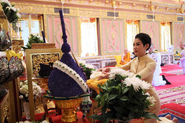 Thứ phi Thái Lan thực hiện nhiệm vụ hoàng gia đầu tiên trên cương vị mới với phong thái gây ngỡ ngàng - Ảnh 1.