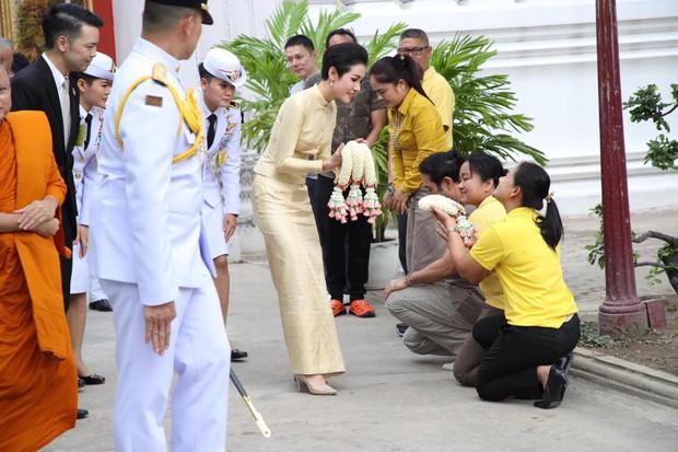 Thứ phi Thái Lan thực hiện nhiệm vụ hoàng gia đầu tiên trên cương vị mới với phong thái gây ngỡ ngàng - Ảnh 2.
