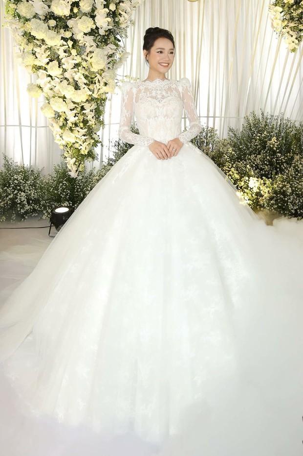 Bóc loạt bí mật đằng sau váy cưới của các mỹ nhân Việt đình đám - Ảnh 11.