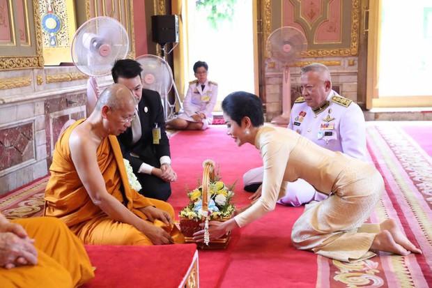 Thứ phi Thái Lan thực hiện nhiệm vụ hoàng gia đầu tiên trên cương vị mới với phong thái gây ngỡ ngàng - Ảnh 3.
