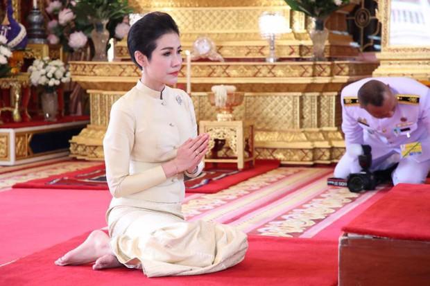 Thứ phi Thái Lan thực hiện nhiệm vụ hoàng gia đầu tiên trên cương vị mới với phong thái gây ngỡ ngàng - Ảnh 4.