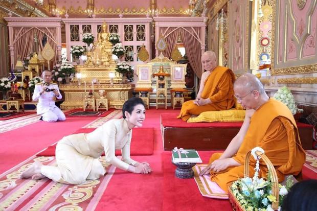 Thứ phi Thái Lan thực hiện nhiệm vụ hoàng gia đầu tiên trên cương vị mới với phong thái gây ngỡ ngàng - Ảnh 5.