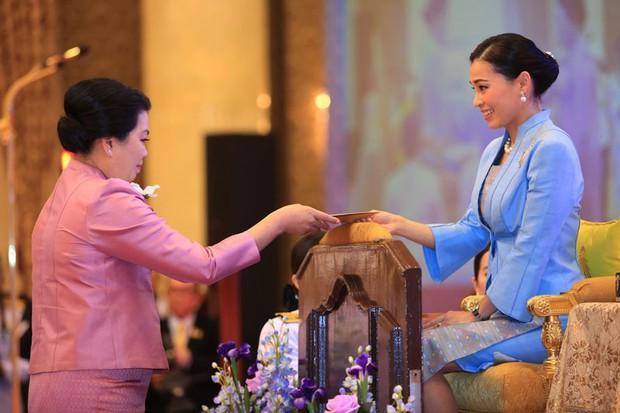 Sau khi chồng có thêm Thứ phi, Hoàng hậu Thái Lan tái xuất với thần thái xuất chúng, chứng minh đẳng cấp khó ai bì kịp - Ảnh 4.