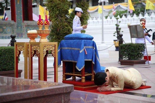 Thứ phi Thái Lan thực hiện nhiệm vụ hoàng gia đầu tiên trên cương vị mới với phong thái gây ngỡ ngàng - Ảnh 6.