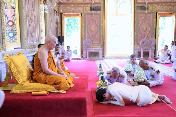 Thứ phi Thái Lan thực hiện nhiệm vụ hoàng gia đầu tiên trên cương vị mới với phong thái gây ngỡ ngàng - Ảnh 7.