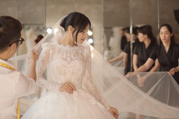 Bóc loạt bí mật đằng sau váy cưới của các mỹ nhân Việt đình đám - Ảnh 10.
