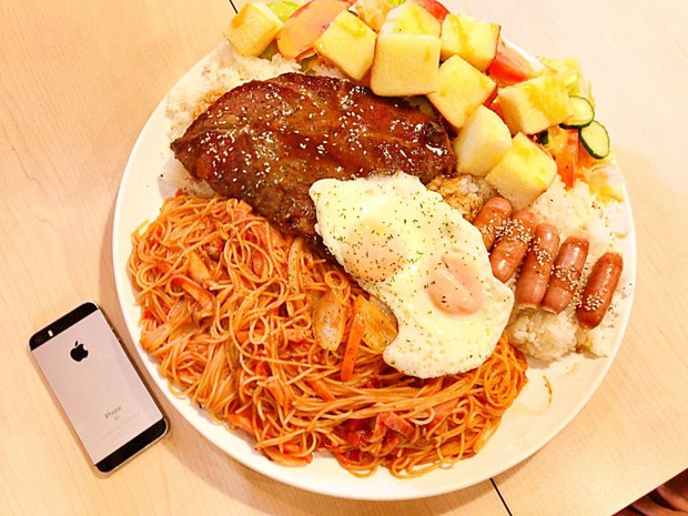 Suất ăn phức hợp 4kg bao gồm mì, cơm, thịt đầy ụ này sẽ khiến bạn phải lê lết về nhà sau khi ăn xong - Ảnh 2.