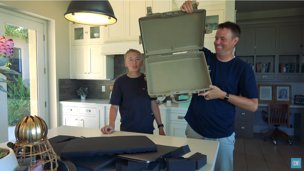 YouTuber ném MacBook từ máy bay và cái kết bóc phốt chất lượng: Suýt gãy gập, vẫn còn dùng ngon! - Ảnh 7.