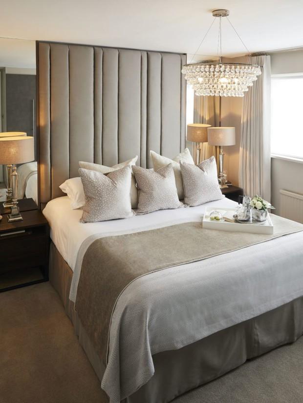 Sáng mắt chưa? Có hẳn lý giải khoa học cho việc giường khách sạn luôn đặt 4 gối dù chỉ có 2 người nằm nhé! - Ảnh 1.