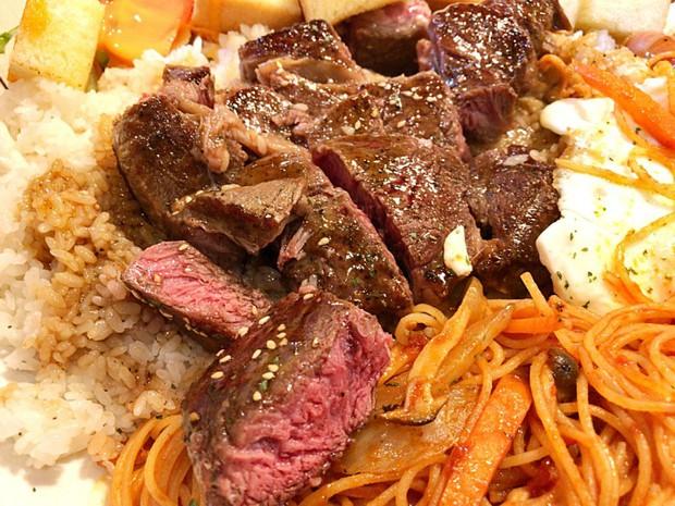 Suất ăn phức hợp 4kg bao gồm mì, cơm, thịt đầy ụ này sẽ khiến bạn phải lê lết về nhà sau khi ăn xong - Ảnh 3.