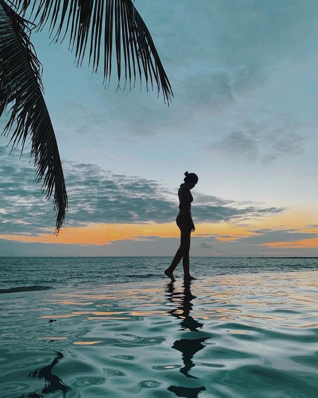 Đi biển nhưng sợ thảm cảnh chụp ảnh sến như bìa lịch? Học ngay cẩm nang pose dáng của Hà Trúc để mặn mòi từ da dẻ nhé! - Ảnh 6.