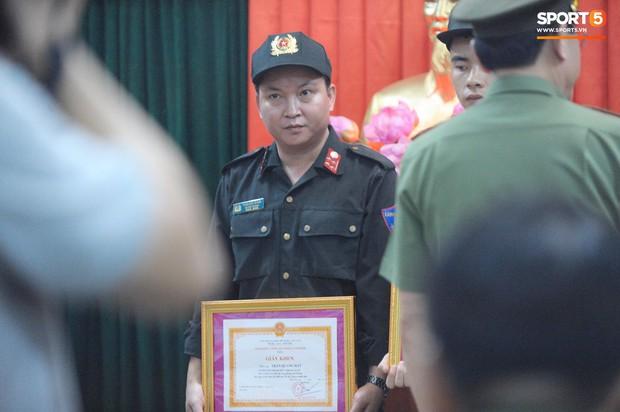Khen thưởng các chiến sĩ cảnh sát sơ cứu fan nhí bị co giật ở Nam Định - Ảnh 4.
