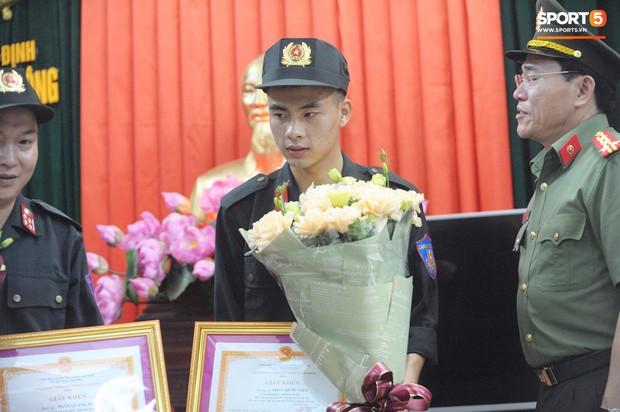 Khen thưởng các chiến sĩ cảnh sát sơ cứu fan nhí bị co giật ở Nam Định - Ảnh 5.