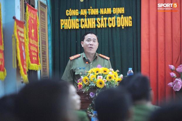 Khen thưởng các chiến sĩ cảnh sát sơ cứu fan nhí bị co giật ở Nam Định - Ảnh 7.