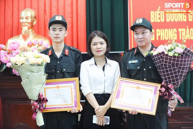Khen thưởng các chiến sĩ cảnh sát sơ cứu fan nhí bị co giật ở Nam Định - Ảnh 6.