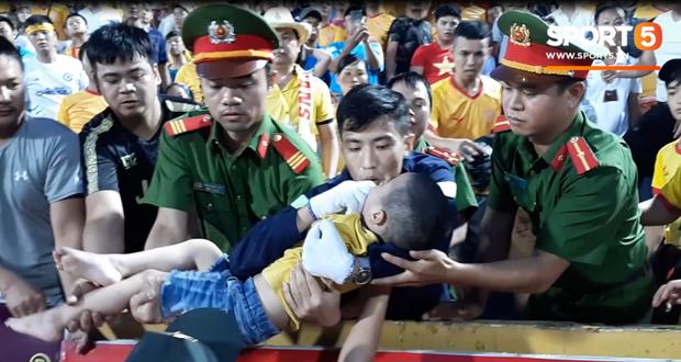 Trước hai chiến sĩ CSCĐ, đây mới là người đầu tiên phát hiện và giữ lại tính mạng cho bé trai bị co giật trên sân Thiên Trường - Ảnh 2.
