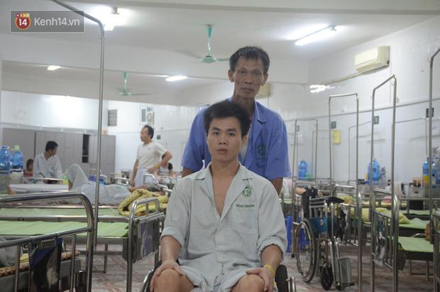 Vợ bị ung thư máu, con trai nằm liệt giường, người đàn ông chạy vạy mong có chiếc xe lăn cho con đỡ khổ - Ảnh 1.
