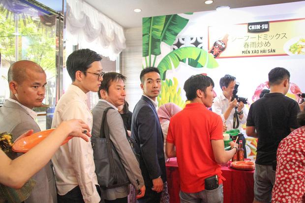 Bất ngờ với chàng ca sĩ Vietnam Kun trong sự kiện ra mắt CHIN-SU: Hát nhạc Việt bằng tiếng Nhật cực cool - Ảnh 13.