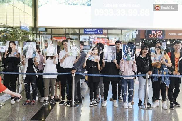 Tân Hoa hậu Lương Thùy Linh mặc giản dị, rạng rỡ cùng 2 Á hậu xuất hiện tại TP.HCM trong vòng tay người hâm mộ - Ảnh 21.