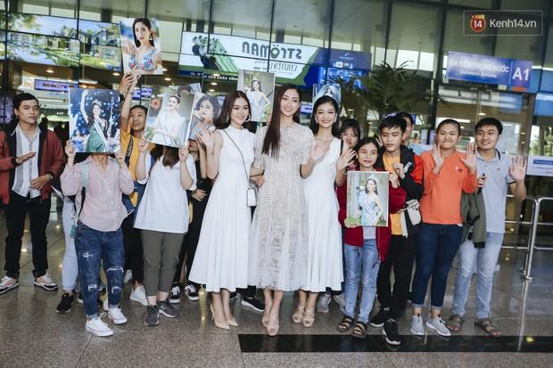 Tân Hoa hậu Lương Thùy Linh mặc giản dị, rạng rỡ cùng 2 Á hậu xuất hiện tại TP.HCM trong vòng tay người hâm mộ - Ảnh 12.