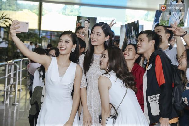 Tân Hoa hậu Lương Thùy Linh mặc giản dị, rạng rỡ cùng 2 Á hậu xuất hiện tại TP.HCM trong vòng tay người hâm mộ - Ảnh 11.