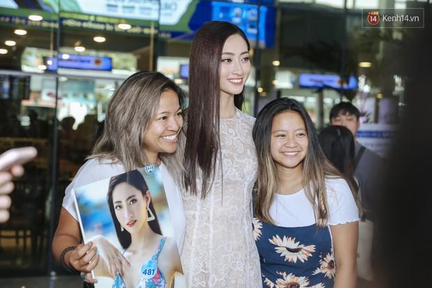 Tân Hoa hậu Lương Thùy Linh mặc giản dị, rạng rỡ cùng 2 Á hậu xuất hiện tại TP.HCM trong vòng tay người hâm mộ - Ảnh 10.