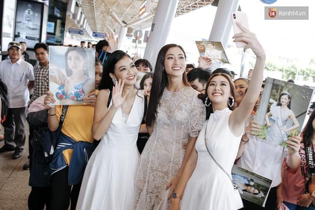 Tân Hoa hậu Lương Thùy Linh mặc giản dị, rạng rỡ cùng 2 Á hậu xuất hiện tại TP.HCM trong vòng tay người hâm mộ - Ảnh 20.