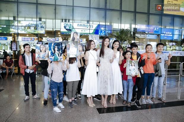 Tân Hoa hậu Lương Thùy Linh mặc giản dị, rạng rỡ cùng 2 Á hậu xuất hiện tại TP.HCM trong vòng tay người hâm mộ - Ảnh 16.