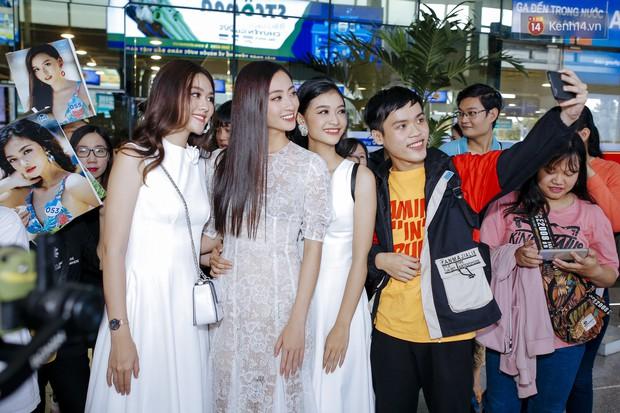 Tân Hoa hậu Lương Thùy Linh mặc giản dị, rạng rỡ cùng 2 Á hậu xuất hiện tại TP.HCM trong vòng tay người hâm mộ - Ảnh 15.