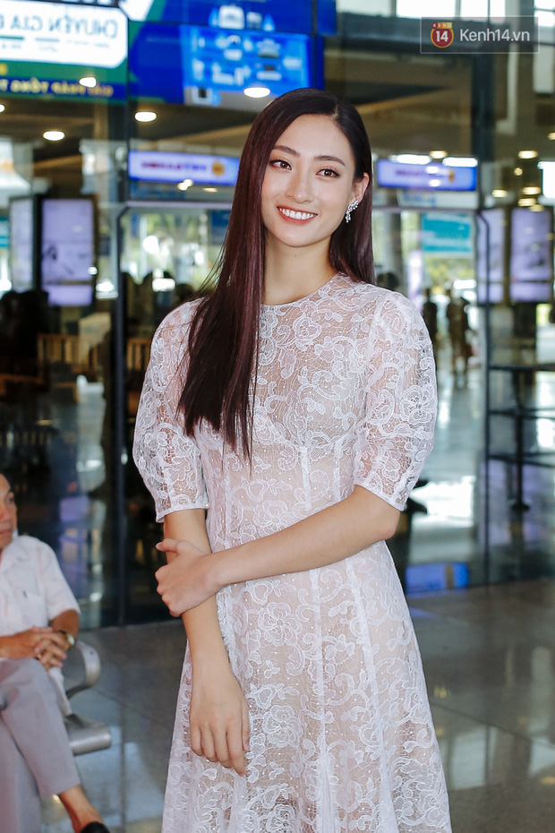 Tân Hoa hậu Lương Thùy Linh mặc giản dị, rạng rỡ cùng 2 Á hậu xuất hiện tại TP.HCM trong vòng tay người hâm mộ - Ảnh 1.