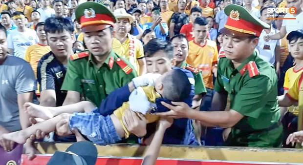 Tâm sự của chiến sỹ CSCĐ chịu đau, cứu bé trai ngất xỉu trên sân Thiên Trường: Đó là việc làm bình thường, không có gì đặc biệt - Ảnh 1.