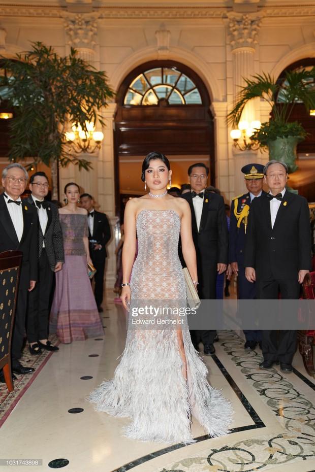 """Gái út của vị vua Thái mới lập """"vợ lẽ"""": Phong cách thời trang bỏ xa các nữ nhân Hoàng tộc khác về độ chất chơi và táo bạo - Ảnh 1."""