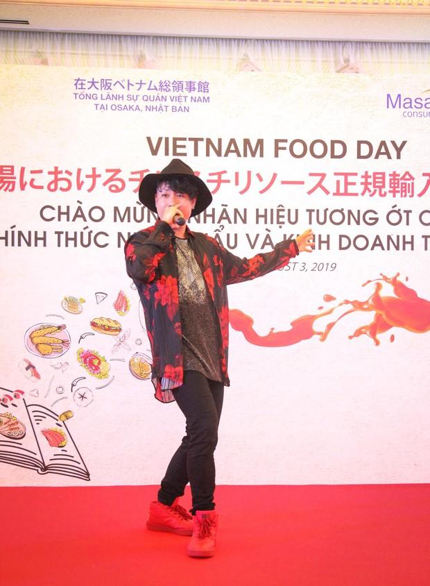 Bất ngờ với chàng ca sĩ Vietnam Kun trong sự kiện ra mắt CHIN-SU: Hát nhạc Việt bằng tiếng Nhật cực cool - Ảnh 1.