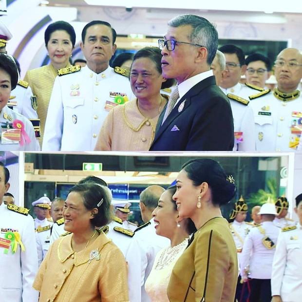 Trước khi lập Thứ phi, Hoàng hậu Thái Lan vẫn ân cần chăm sóc chồng một cách tinh tế, khẳng định vị trí vợ cả của mình - Ảnh 1.