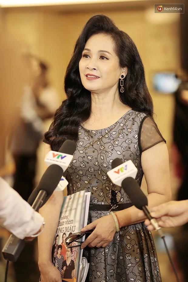 Diện đầm xòe công chúa, mẹ chồng quốc dân Lan Hương chặt đẹp dàn mỹ nhân phim nối sóng Về Nhà Đi Con - Ảnh 14.