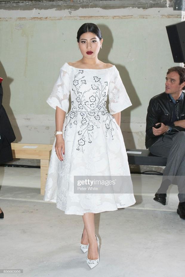 """Gái út của vị vua Thái mới lập """"vợ lẽ"""": Phong cách thời trang bỏ xa các nữ nhân Hoàng tộc khác về độ chất chơi và táo bạo - Ảnh 10."""